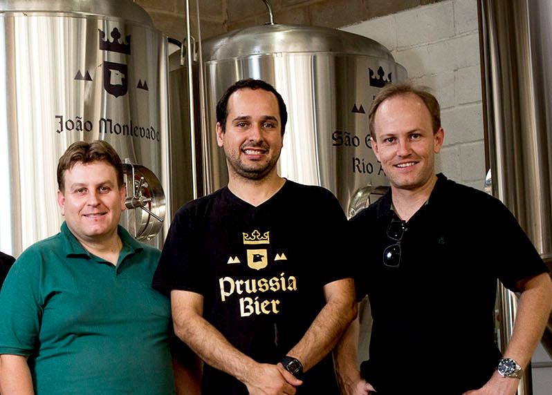 Fernando Cota (ao centro), ao lado dos irmãos Douglas e Railton Vidal, seus sócios na Prussia Bier