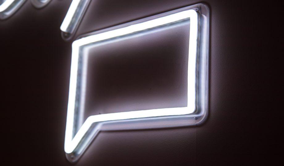 Quadro em neon de balão de comunicação