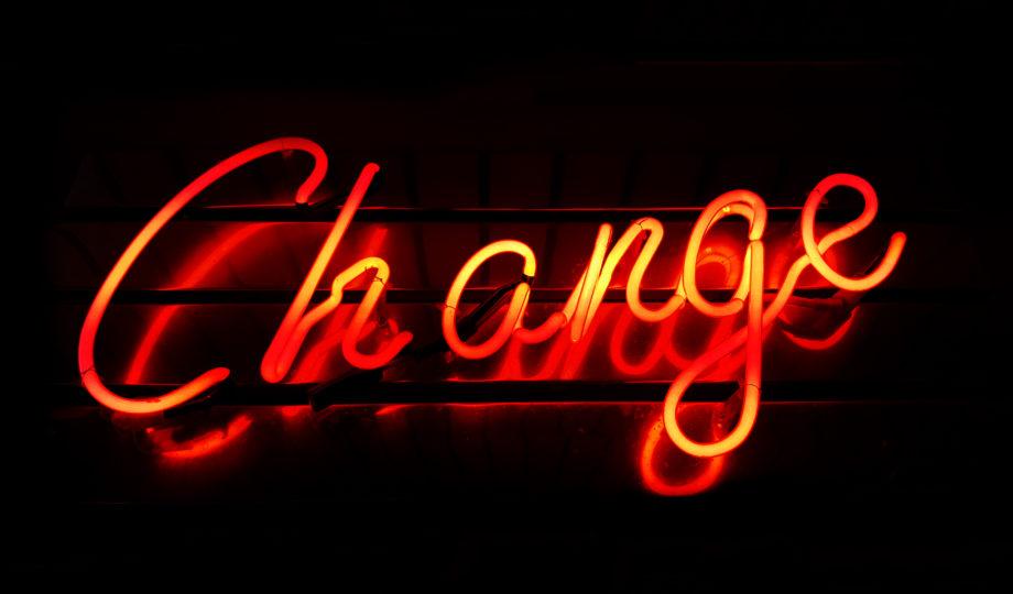 """Letreiro neon escrito """"Change"""""""