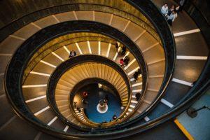 Escada em espiral com pessoas em vários níveis